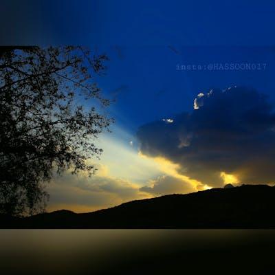 الغروب المبكر حينما تأتي الغيوم فوق الشمس وخطوط ال