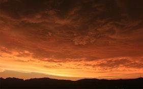 اندماج الغيوم مع غروب الشمس