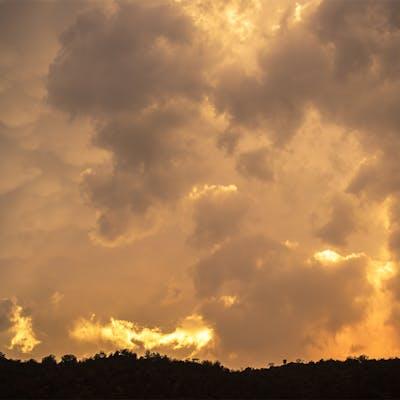 غروب الشمس بعد هطول الامطار