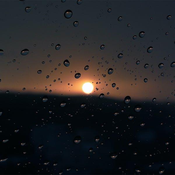 قطرات المطر والغروب